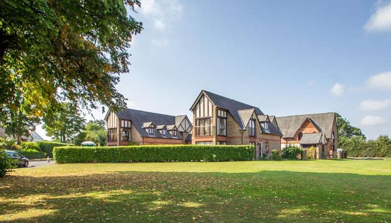 2 Bedrooms Flat for sale in Redvers Court, Redvers Road, Warlingham, Surrey, CR6 9JW