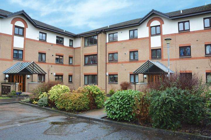 2 Bedrooms Flat for sale in 54 Riverside Park, Netherlee, G44 3PG