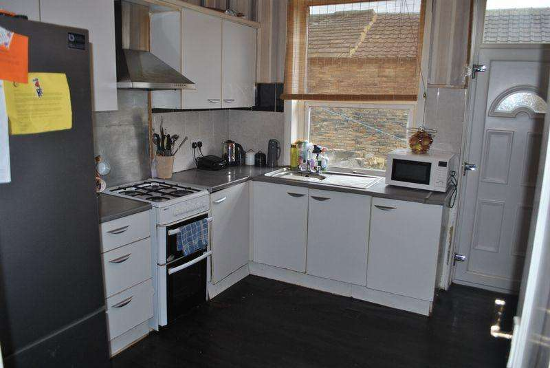 3 Bedrooms Terraced House for sale in Springroyd Terrace, Girlington, BD8 0BH