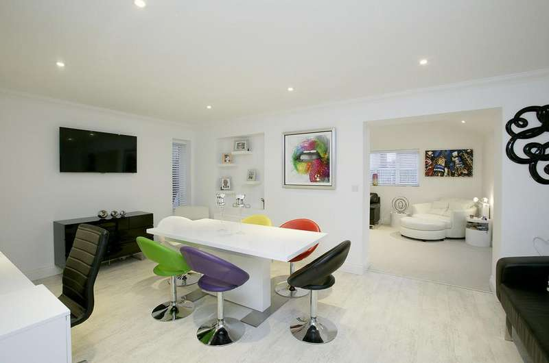 3 Bedrooms Detached House for sale in Oatfield Chase, Mulbarton
