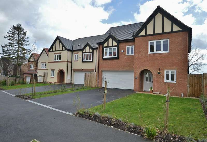 4 Bedrooms Detached House for sale in Hillcourt Road, Romiley