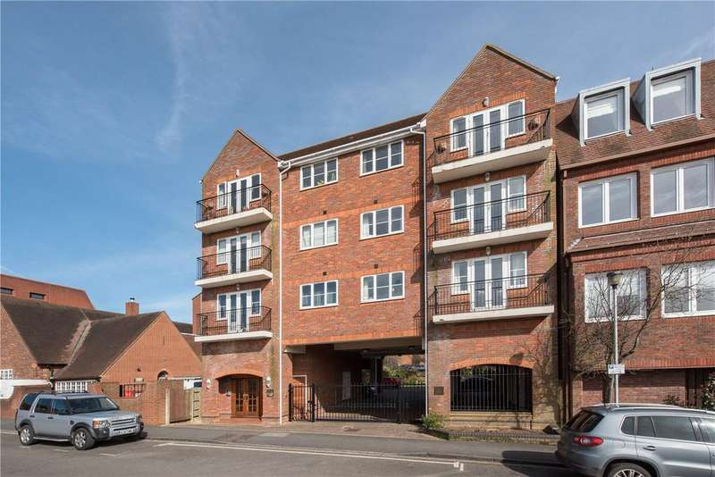 2 Bedrooms Flat for sale in Maple Court, 41-43 Station Road, Gerrards Cross, Bucks, SL9