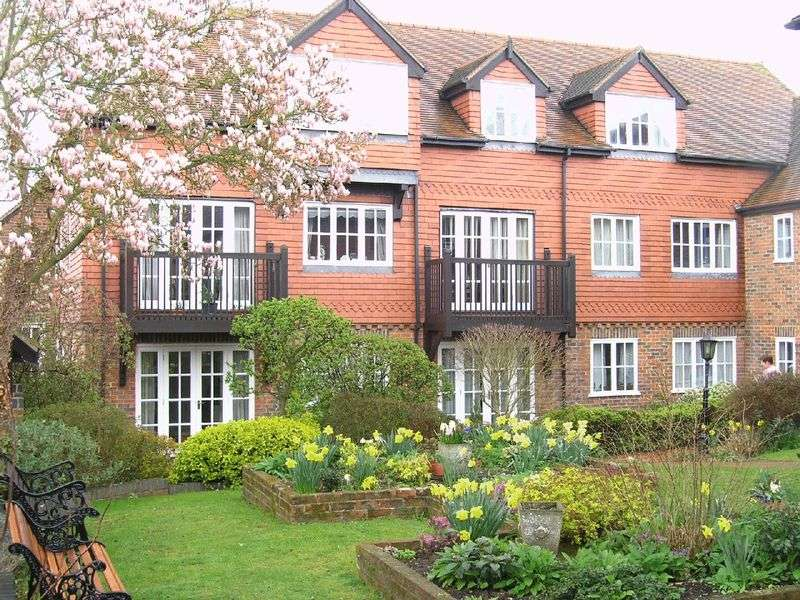 2 Bedrooms Retirement Property for sale in Crown Mews, Hungerford, RG17 0NR
