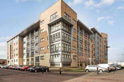 2 Bedrooms Flat for sale in Barrland Court, Glasgow