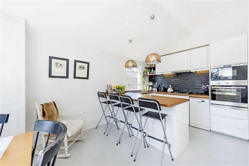 2 Bedrooms Flat for sale in Bovingdon Road, Fulham, SW6