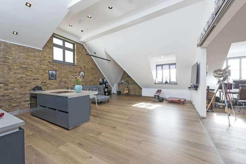 3 Bedrooms Flat for sale in Mandeville Courtyard, Battersea Park Road, SW11