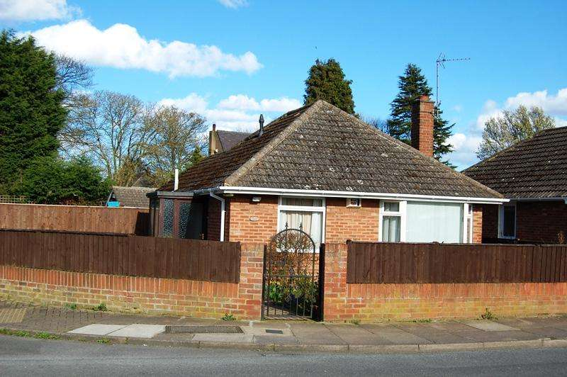 2 Bedrooms Detached Bungalow for sale in Thirlmere Avenue, Grimsby DN33
