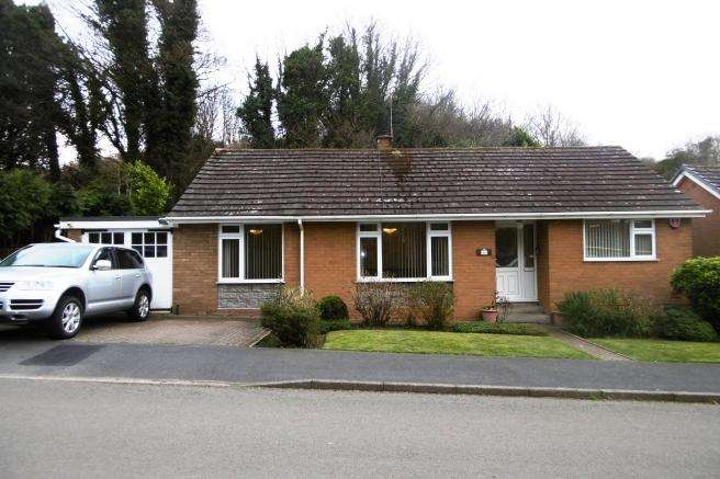 2 Bedrooms Detached Bungalow for sale in 40 Willows Road, Oakengates, Telford, Shropshire, TF2 9AE