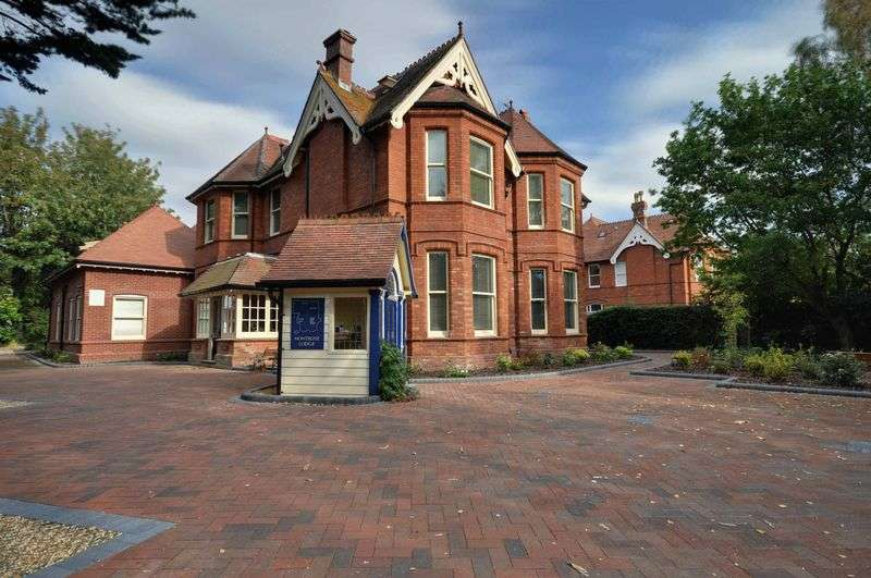 2 Bedrooms Flat for sale in Montrose Lodge, 5 Marlborough Road, West Cliff, Bournemouth