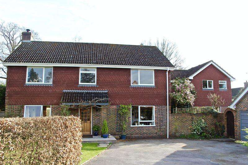 5 Bedrooms Detached House for sale in Lilyfields Chase, Ewhurst