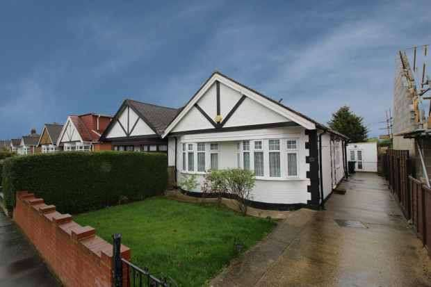 4 Bedrooms Semi Detached Bungalow for sale in Dukes Avenue, Northolt, Middlesex, UB5 5DA