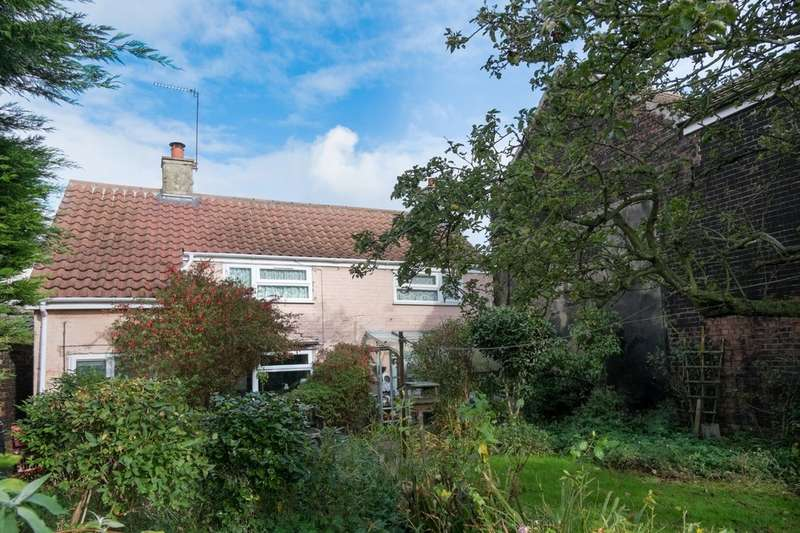 2 Bedrooms Cottage House for sale in Beach Road, Caister-On-Sea