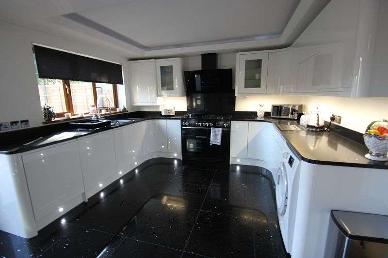 4 Bedrooms Detached House for sale in Un Ty Coch, Newport Road, Castleton, Cardiff. CF3 2UR