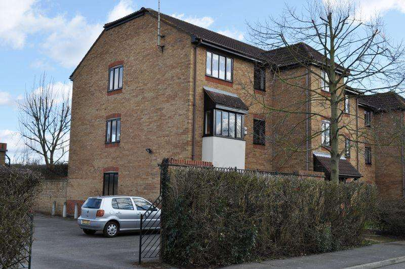 2 Bedrooms Apartment Flat for sale in Horseshoe Close, Waltham Abbey