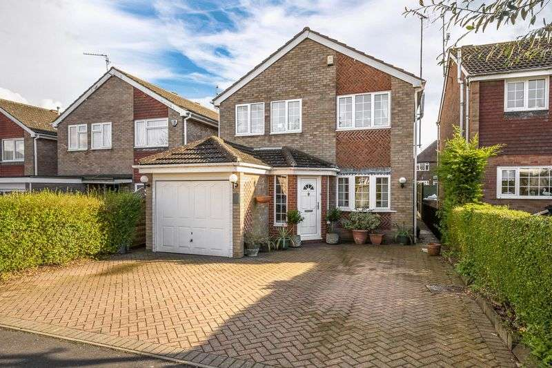 3 Bedrooms Detached House for sale in St Bernards Close, Luton