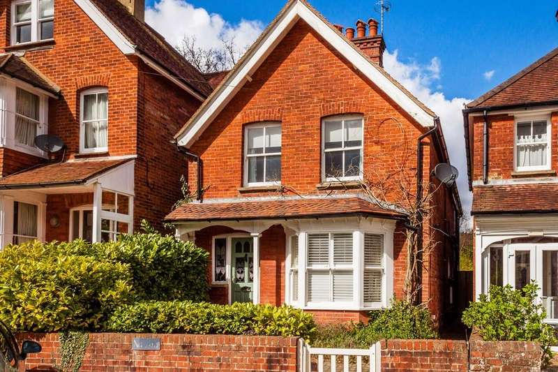 3 Bedrooms Detached House for sale in Meadow Vale, Haslemere