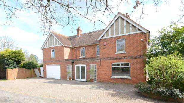 5 Bedrooms Detached House for sale in Reading Road, Burghfield Common, Reading
