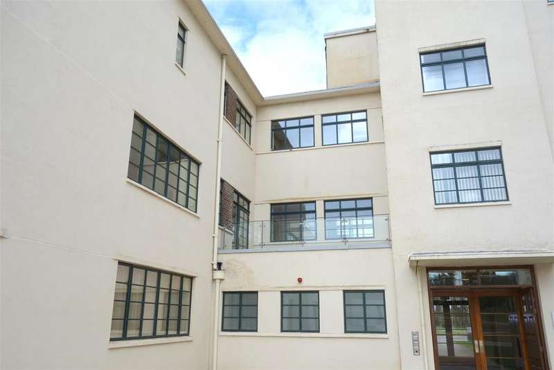 2 Bedrooms Flat for sale in The Courtlands, Hayes Point. Sully