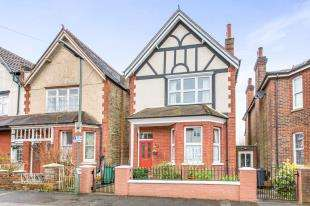 4 Bedrooms Detached House for sale in Lynwood Road, Redhill, Surrey