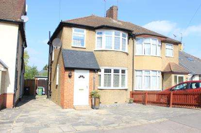 3 Bedrooms Semi Detached House for sale in Clayhall, Ilford