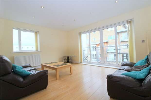 2 Bedrooms Flat for sale in Sundeala Close, Sunbury-on-Thames, Surrey