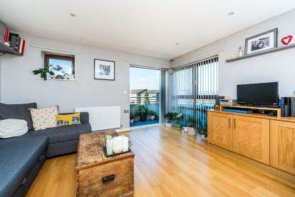 2 Bedrooms Flat for sale in 67 Brooklands Road, Romford