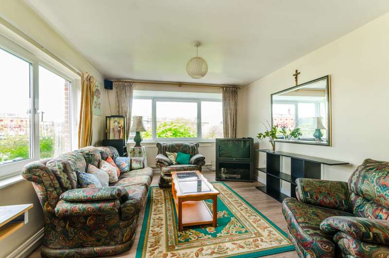 2 Bedrooms Flat for sale in Stuart Crescent, Bounds Green, N22