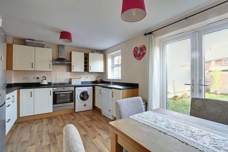 3 Bedrooms Terraced House for sale in Barnard Park, Kingswood