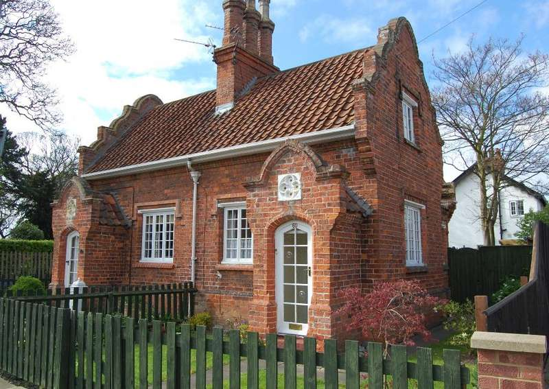 2 Bedrooms Cottage House for sale in Clee Crescent, Grimsby DN32