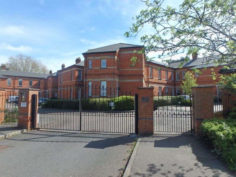 2 Bedrooms Flat for sale in Sandy Mead, Epsom