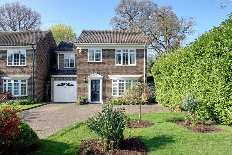 4 Bedrooms Detached House for sale in Richmond Close, Frimley