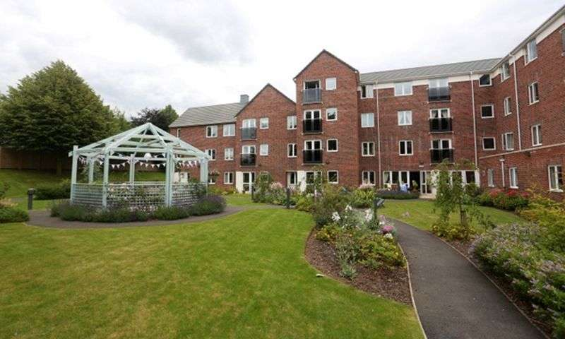 1 Bedroom Flat for sale in Dutton Court: ** NO CHAIN - JULIET BALCONY WITH SOUTH EAST FACING ASPECT **