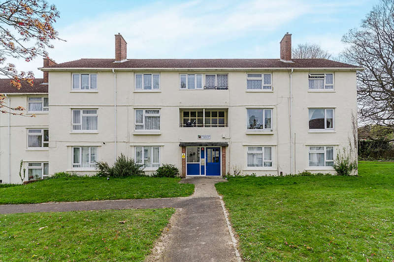 2 Bedrooms Flat for sale in Holmsley Close, Southampton, SO18