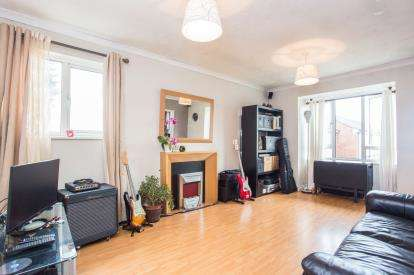 2 Bedrooms Flat for sale in Frensham Close, Southall