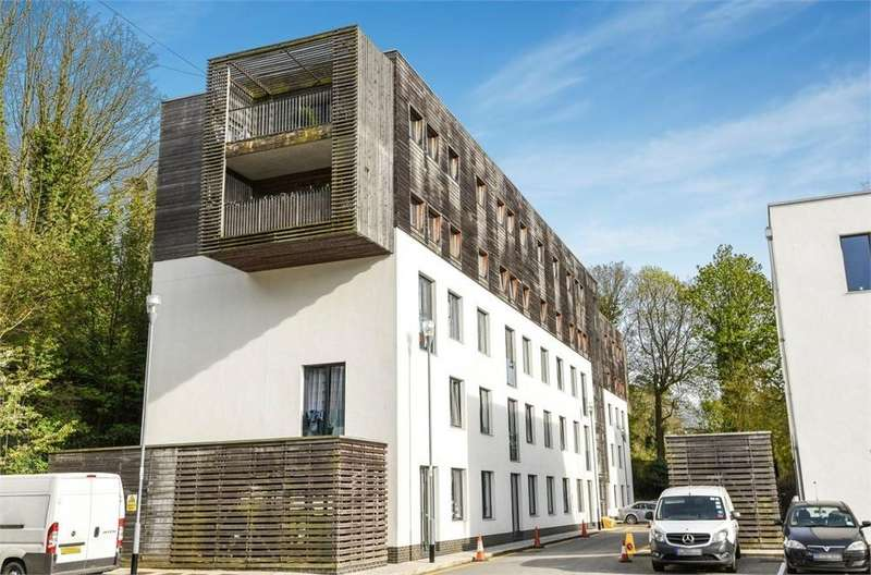 2 Bedrooms Flat for sale in Cuthbert Court, Godstone Road, Whyteleafe, Surrey