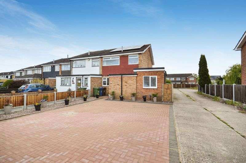 3 Bedrooms Terraced House for sale in Howell Road, Stanford-Le-Hope