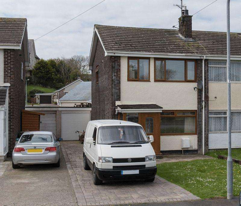 3 Bedrooms Semi Detached House for sale in Garreglwyd Park, Holyhead