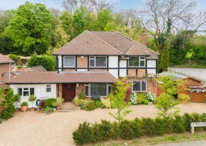 4 Bedrooms Detached House for sale in Middle Crescent, Denham, Uxbridge