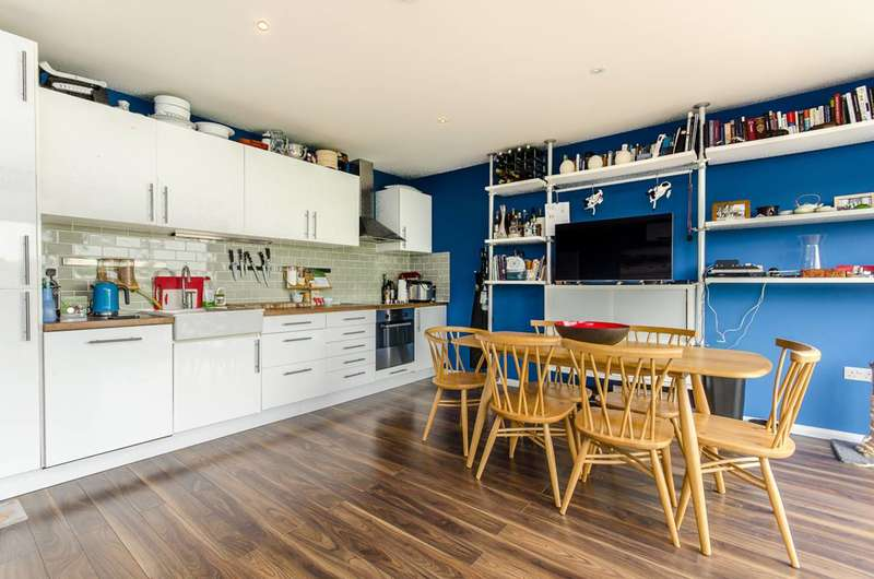 2 Bedrooms Flat for sale in Lambert Road, Brixton Hill, SW2