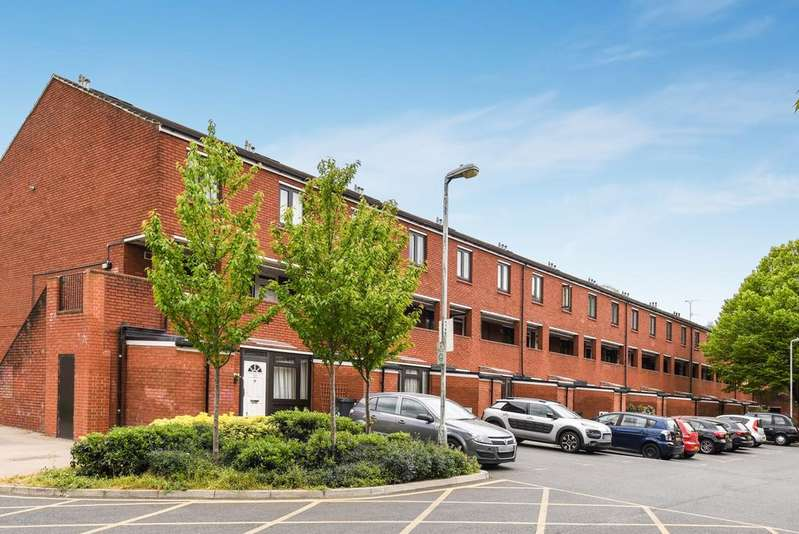2 Bedrooms Flat for sale in Stoneycroft Close Lee SE12