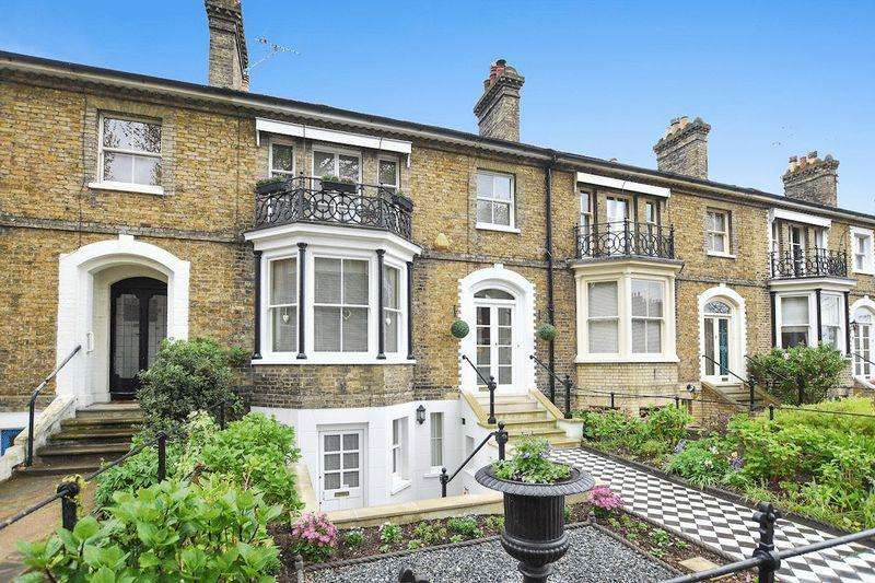 3 Bedrooms Terraced House for sale in Runwell Terrace, Southend on Sea