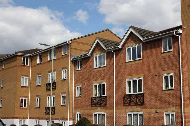 2 Bedrooms Flat for sale in Ascot Court, ALDERSHOT, Hampshire