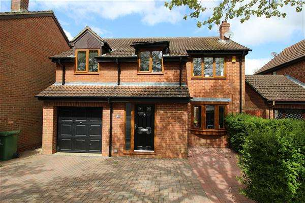 4 Bedrooms Detached House for sale in Clary Road, Swindon