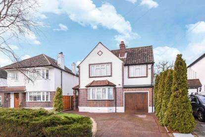 3 Bedrooms Detached House for sale in Hayes Chase, West Wickham