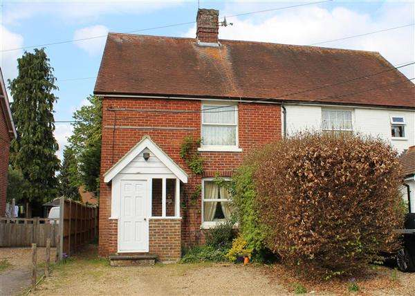 2 Bedrooms Semi Detached House for sale in Liphook Road, Lindford