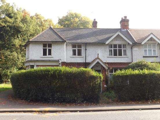 3 Bedrooms Semi Detached House for sale in Fleet