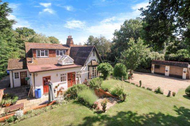 5 Bedrooms Detached House for sale in Nr Hartley Wintney, Heckfield, Hampshire