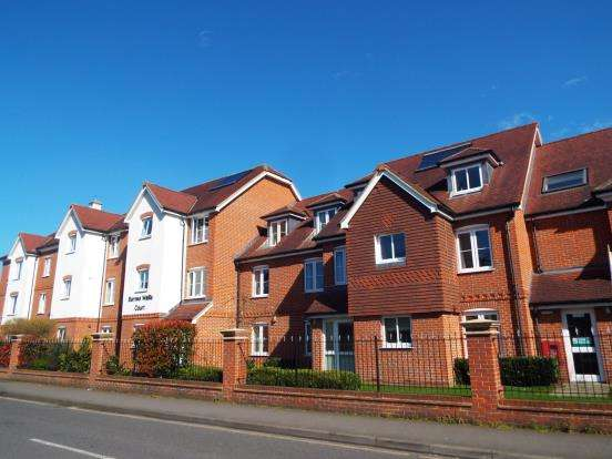 2 Bedrooms Flat for sale in 28 Oyster Lane, Byfleet, Surrey