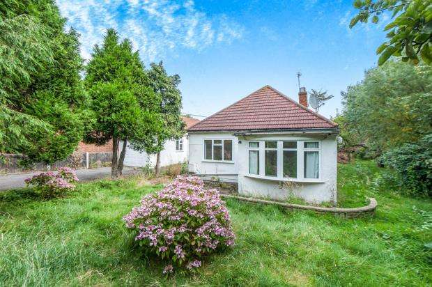 3 Bedrooms Bungalow for sale in Worcester Park, Surrey