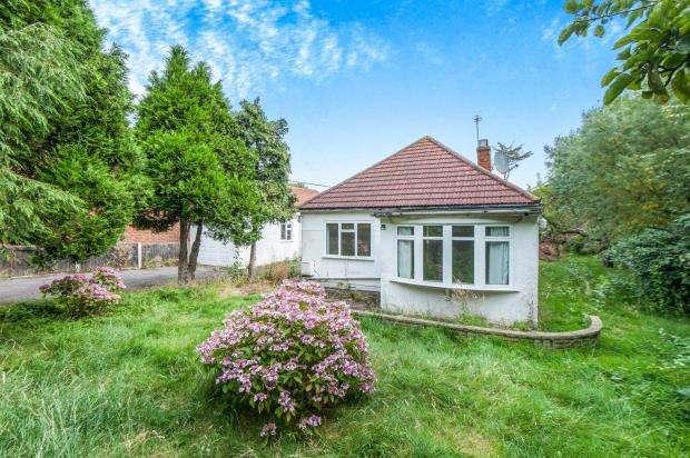 3 Bedrooms Bungalow for sale in Worcester Park, Surrey